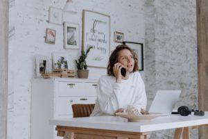 Zu sehen ist eine Frau, die von zuhause aus arbeitet. Sie nutzt das 3-2-2-Modell. Bild: Pexels/cottonbro