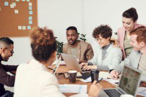 Mehrere Personen nehmen an einer Besprechung teil. Dazu gibt es auch beim 3-2-2-Modell Gelegenheit. Bild: Pexels / fauxels