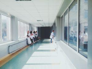 Zu sehen ist ein Krankenhausflur. Krankenhäuser zählen zu den Kritischen Infrastrukturen. Bild: Pexels / Oles kanebckuu