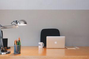 Zu sehen ist ein aufgeräumter Schreibtisch. Er setzt die Clean-Desk-Regel perfekt um. Bild: Pexels
