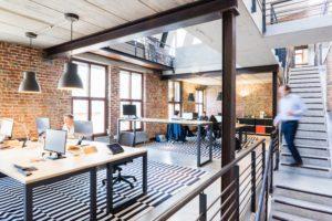 Zu sehen ist eine Bürofläche mit mehreren Schreibtischen. Hier wird die Clean-Desk-Regel noch nicht konsequent umgesetzt. Bild: Pexels/Proxyclick Visitor Management System
