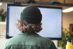 Ein IT-Verantwortlicher sitzt vor einem Rechner. Er verwaltet die Datenbank und sichert die Datenintegrität. Bild: Unsplash/Sigmund
