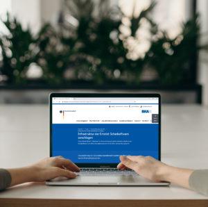 Zu sehen ist ein Laptop auf dem die BSI-Webseite aufgerufen ist, auf der über Emotet-Benachrichtigungen informiert wird. Bild: Pexels / Cottonbro / Montage IT-SERVICE.NETWORK