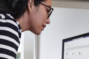 Eine Frau sitzt vor ihrem Rechner. Sie nutzt die neue Plattform Microsoft Viva. Bild: Microsoft