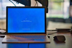 Zu sehen ist ein Laptop, auf dem gerade ein Update ausgeführt wird. Aktuelle Software gehört zum Stand der Technik. Bild: Unsplash/Clint Patterson