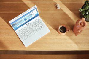 Zu sehen ist aus der Vogelperspektive ein Laptop auf einem Tisch im Home Office. Darauf läuft Windows. Bald wird Windows 1ß 21H1 ausgerollt. Bild: Unsplash/Microsoft Edge