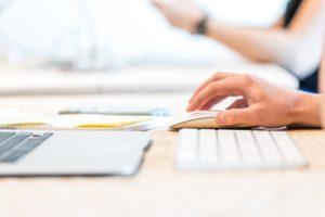 Zu sehen ist ein Schreibtisch aus seitlicher Perspektive, eine Hand bedient eine Maus. Emotet ist gestoppt, jetzt droht Phishing mit angeblichen Emotet-Benachrichtigungen. Bild: Pexels / Lex Photography