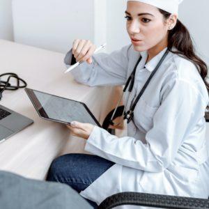 Eine Ärztin ist im Gespräch mit einem Patienten. Auf einem Tablet kann sie die elektronische Patientenakte einsehen. Bild: Pexels/Thirdman