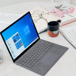 Ein Windows-Laptop steht auf einem Tisch. Windows 10 Version 1909 ist bald veraltet. Bild: Unsplash/Windows