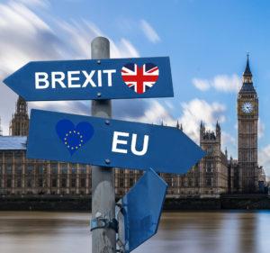 Zu sehen ist ein Bild aus London mit einem Wegweiser zu Europa und zum Brexit. Der Brexit hat Einfluss auf die Datenschutz-Änderungen 2021. Bild: Pixabay/Tumisu