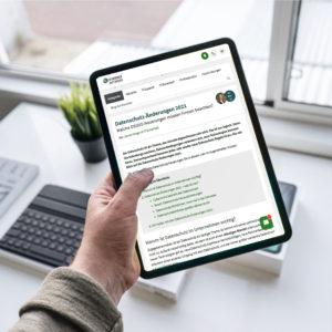Eine Hand hält ein iPad über einem Schreibtisch, aufgerufen ist ein Bericht über Datenschutz-Änderungen 2021. Bild: Unsplash/Henry Ascroft/Montage