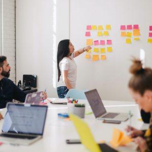 Ein Team arbeitet mit agiler Arbeitsweise und betrachtet dabei auch die agile IT. Bild: Unsplash/Leon