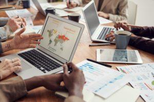 In einem Meeting ist der Tisch übersät von Laptops und Unterlagen. Hier werden wichtige Strategien und Produkte entwickelt, die für Cyberspionage interessant sein könnten. Bild: Pexels/fauxels