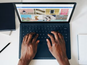 Aus der Vogelperspektive liegen zwei Hände auf der Tastatur eines Laptops, für den mit einer neuen Regel die Sofortabschreibung möglich ist. Bild: Unsplash/Windows
