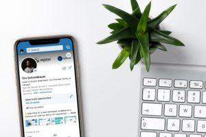 Ein iPhone liegt neben einer Mac-Tastatur, aufgerufen ist auf dem Handy die LinkedIn-App. Aktuell machen Datenlecks bei Social-Media-Plattformen Schlagzeilen. Bild: Unsplash/inlytics | LinkedIn Analytics Tool