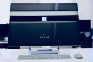 Zu sehen ist ein PC, der gerade durch die Firmware hochgefahren wird. Die Zahl von Firmware-Angriffen steigt. Bild: Unsplash/Johny vino
