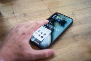 Eine Hand bedient ein Smartphone mit der Clubhouse-App. Angebliche Datenlecks bei Social-Media-Plattformen machen aktuell Schlagzeilen. Bild: Unsplash/Josh Rose
