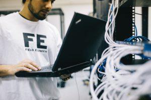 Zu sehen ist der IT-Techniker eines IT-Systemhauses im Serverraum eines Kunden. Aber was ist ein IT-Systemhaus? Bild: Pexels/Field Engineer