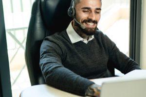 Der Help-Desk-Mitarbeiter eines IT-Systemhauses telefoniert mit einem Junden und unterstützt aus der Ferne. Aber was ist ein IT-Systemhaus?Bild: Pexels/Olha Ruskykh