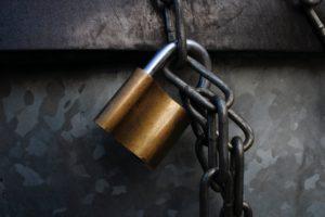 Zu sehen sind ein Schloss und eine Kette. Bestimmte Daten sind durch Rechtemanagement zu schützen. Bild: Unsplash/Roth Melinda