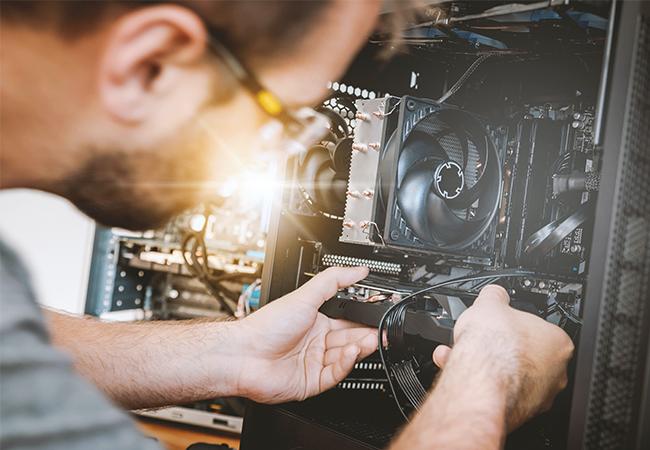 Zu sehen ist der Techniker eines Systemhauses bei der Arbeit. Aber was ist ein Systemhaus? Bild: Unsplash/JESHOOTS.COM