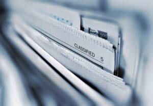 """Zu sehen sind Papiere, eines trägt die Kennzeichnung """"Classified"""". Es geht um die Datenklassifizierung. Bild: Unsplash/AbsolutVision"""