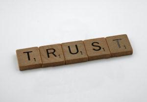 Zu sehen sind Spielsteine aus Holz mit den Buchstaben T, R, U, S, T - sie stehen für Digital Trust. Bild: Pixabay/geralt