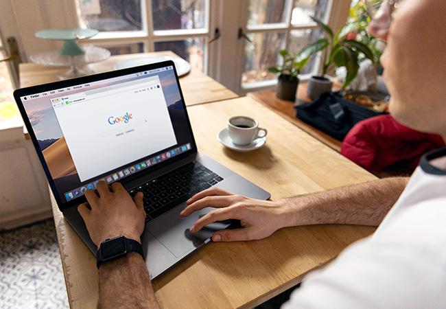 Zu sehen ist ein Laptop auf einem Küchentisch, aufgerufen ist der Google-Chrome-Browser. Die arme des Nutzers sind ebenfalls zu sehen. Er fragt sich: Welcher Browser ist der sicherste? Bild: Pexels/Firmbee