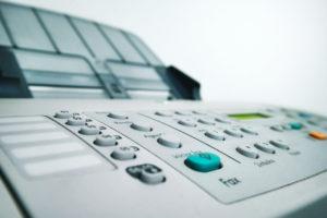 Zu sehen ist ein Faxgerät. Aktuell gibt es Schlagzeilen aus dem Bereich Datenschutz: Fax ist nicht sicher. Bild: Pixabay/Klaus Aires Alves