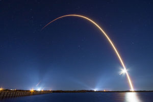 Zu sehen ist ein Bild eines Raketenstarts der Starlink-Mission. Was bedeutet Starlink für Unternehmen? Bild: SpaceX