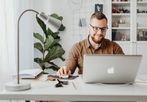 Zu sehen ist ein Mitarbeiter im Home Office. Er würde sich über eine Home-Office-Zulage freuen. Bild: Pexels/Karolina Grabowska