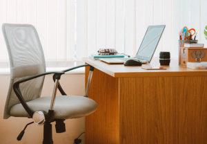 Ein Arbeitsplatz ist bei Netzwerkproblemen verwaist. Bild: Pexels/Lisa