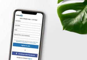 Zu sehen ist ein Handy mit der Anmeldemaske von LinkedIn. Passwort-Manager für Unternehmen helfen, den Überblick über Zugangsdaten zu behalten. Bild: Unsplash/inlytics