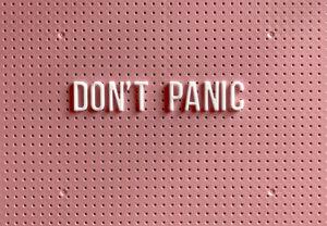 """Zu sehen ist eine Tafel mit dem Schriftzug """"Don't panic"""". Es geht um das Thema Ransomware-as-a-Service. Bild: Unsplash/Tonik"""