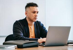 Ein Mann sitzt mit sorgenvollem Blick vor seinem Laptop. Ist sein Unternehmen ein Opfer von Ransomware-as-a-Service? Bild: Pexels/Vanessa Garcia