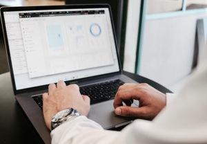 Männerhände bedienen einen Laptop, auf dem Daten ausgewertet werden. Es geht um Data Discovery. Bild: Unsplash/Campaign Creators