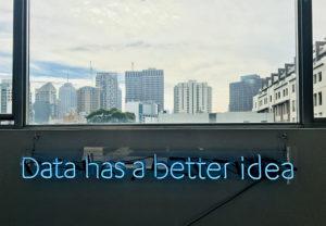 """Zu sehen sind der Blick aus einem Fenster auf eine Skyline und der Schriftzug """"Data has abetter idea"""". Es geht um Data Discovery. Bild: Unsplash/Franki Chamaki"""