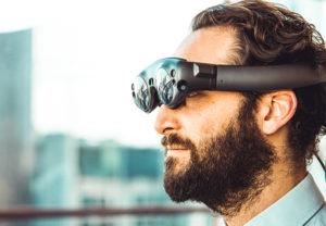 Ein Mann trägt eine futuristische Virtual-Reality-Brille. Darüber soll auch das Internet der Sinne Realität werden. Bild: Unsplash/My name is Yanick