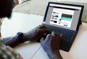 Ein Mann arbeitet am Tablet. Er möchte Office 2021 und Office LTSC verwenden. Bild: Microsoft