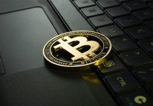 Zu sehen ist eine Bitcoin-Münze auf einer Laptop-Tastatur. Die Hackergruppe REvil fordert eine Lösegeldzahlung in Bitcoin. Bild: Unsplash/Jievani Weerasinghe