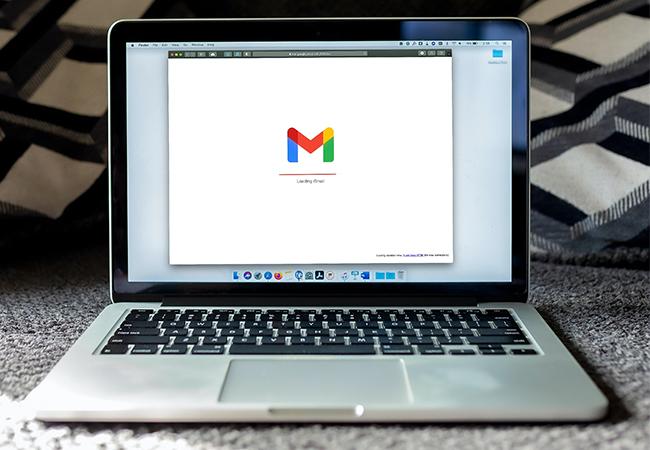 Zu sehen ist ein Laptop, auf dem Gmail aufgerufen ist; bei Gmail lässt sich eine Abwesenheitsnotiz festlegen. Bild: Unsplash/Solen Feyissa