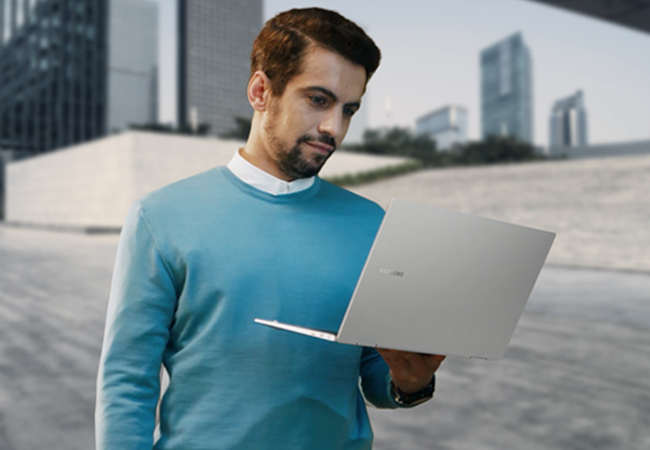 Ein Mann ist dienstlich unterwegs; Arbeiten von überall kann er dank Galaxy Book. Bild: Samsung