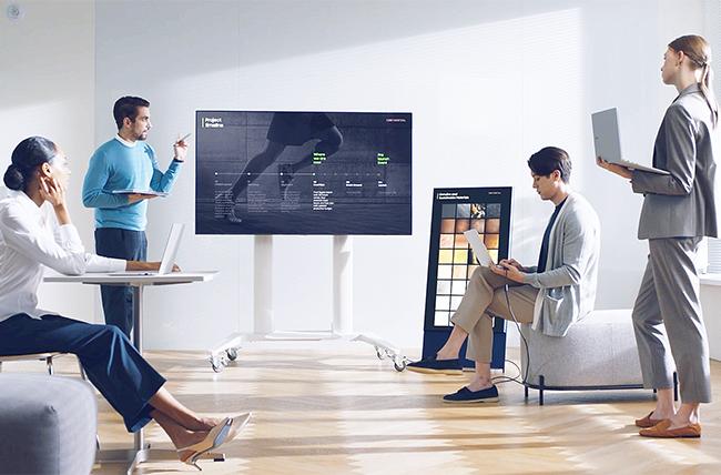 Vier Kollegen und Kolleginnen sind in einem Team-Meeting und arbeiten mit ihren Galaxy Books. Bild: Samsung