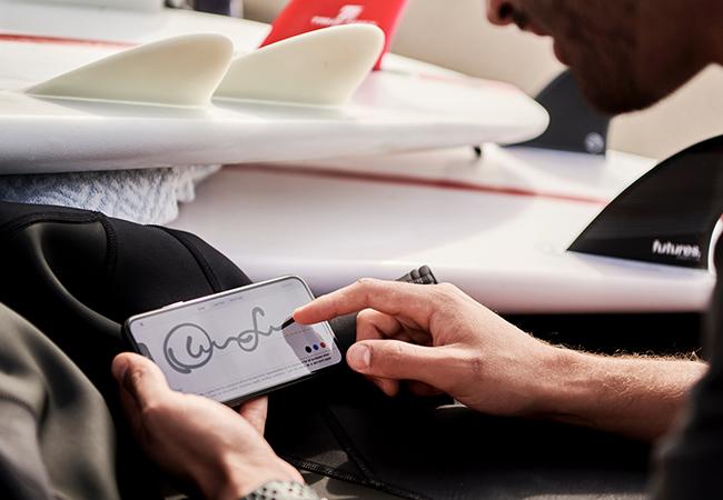 Eine Person hält eine Handy und unterzeichnet darauf digital. Die digitale Signatur ist praktisch. Bild: Unsplash/DocuSign