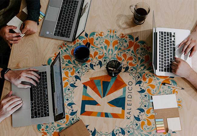 Drei Personen nutzen Laptops und haben verschiedene Zugangsrechte dank Least Prvilege. Bild: Unsplash/Kaleidico