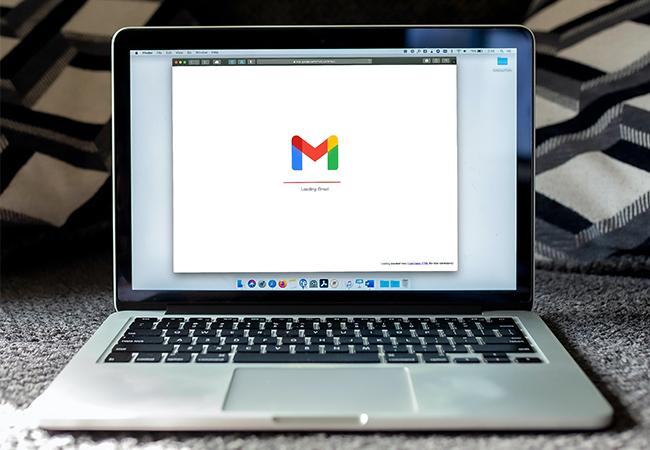 Zu sehen ist ein Laptop, auf dem im Browser Gmail aufgerufen ist. Es geht um E-Mail-Spoofing. Bild: Unplash/Solen Feyissa