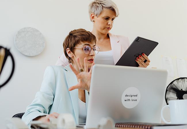 Zwei Frauen nutzen Laptop und Tablet und haben Daten verloren. Ohne 3-2-1-Regel ist das ein Problem. Bild: Pexels Karolina Grabowska