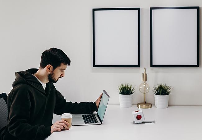 Ein Mann sitzt geschockt vor dem Laptop, wichtige Unternehmensdaten sind weg. Mit der 3-2-1-Regel kann das nicht passieren. Bild: Pexels/cottonbro