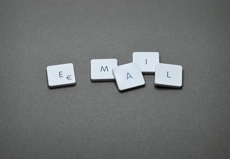 """Zu sehen ist das Wort """"E-Mail"""" aus Scrabble-Buchstaben. Täglich sind auch Newsletter im E-Mail-Postfach. Wie sieht es mit dem Datenschutz beim Newsletter aus? Bild: Pexels/Miguel Á. Padriñán"""