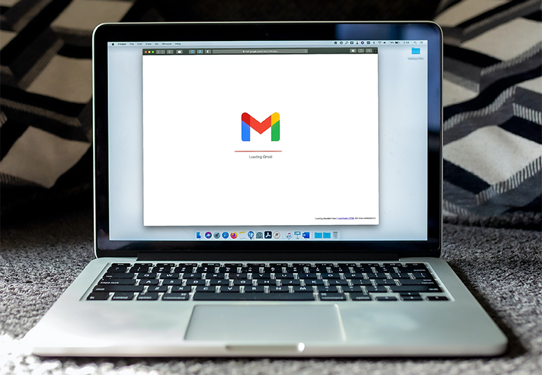 Zu sehen ist ein Laptop, auf dem Gmail aufgerufen ist. Es geht um Datenschutz beim Newsletter. Bild: Unsplash/Solen Feyissa